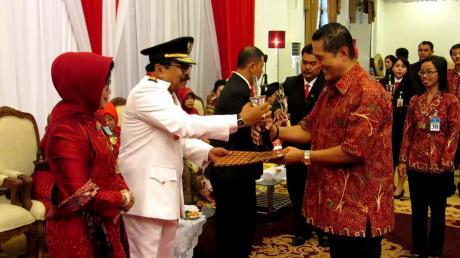 Penghargaan PENGELOLA LEMBAGA TERBAIK dari Gubernur JaTim